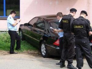 Судебные приставы описывают автомобиль